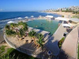 Kings Beach - Beachfront Salt Water Pool - Accommodation Gold Coast
